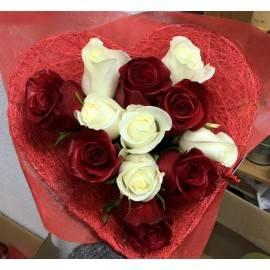 Corazón de rosas blancas y rojas