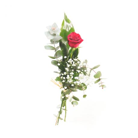 Rosa roja con eucalipto y paniculata